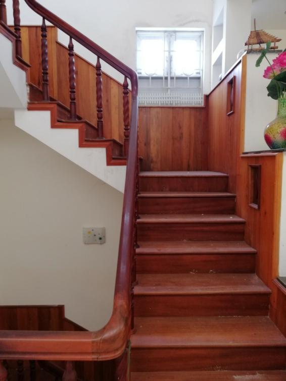 Mẫu cầu thang gỗ đỏ đẹp hiện nay - Hình 1