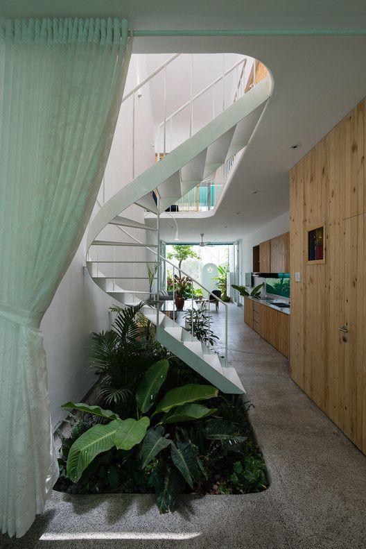 Thiết kế cầu thang xoắn bằng inox đẹp nhất hiện nay - Mẫu 2