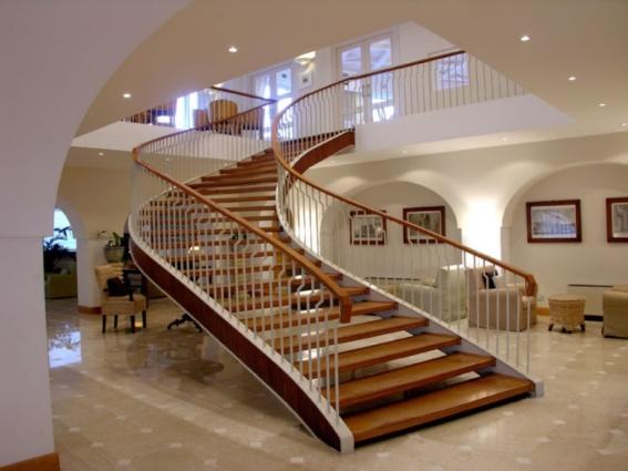 Thiết kế cầu thang xoắn trong nhà đẹp nhất hiện nay - Mẫu 2