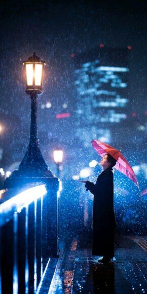 Hình ảnh nền điện thoại cô gái cầm ô dưới mưa